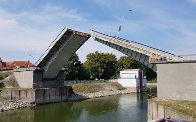 Rekonštrukcia vrchnej stavby sklápacieho mosta v Komárne