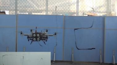 Dron snímajúci tlak urýchli kontrolu sklenených mrakodrapov