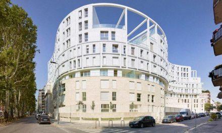 Biela rezidencia v milánskej univerzitnej štvrti – bývanie v serpentíne