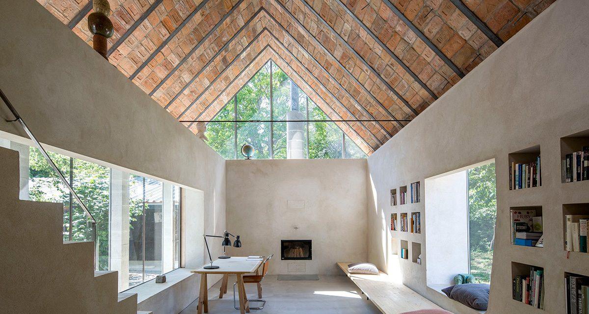 Prístavba domu v Čachticiach vzdáva poctu tehle