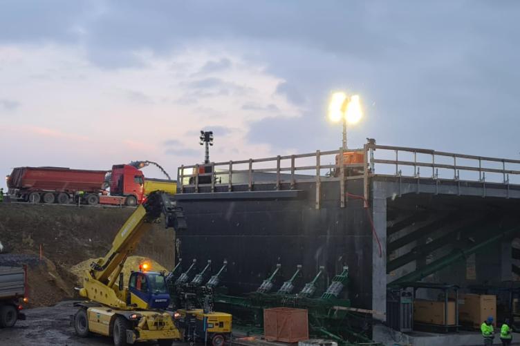 Ako presunúť 3-tisíc ton: Diaľničiari predviedli nové technológie