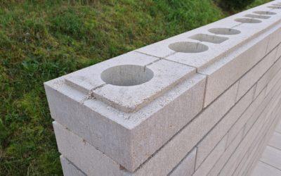 Inovatívne tvárnice na rýchlu výstavbu murovaných plotov