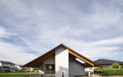 Dom naopak: veľká strecha vymenila vnútorné a vonkajšie priestory
